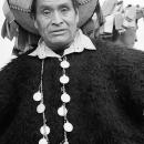 ポンチョのような民族衣装を纏った男