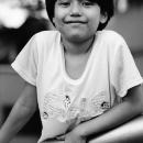 手摺によりかかる笑顔の少女