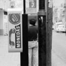 公衆電話を掛ける男
