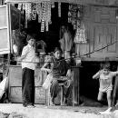 お店の前の子供たち