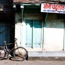 閉まっているお店の前に自転車