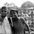 制服を着た男の子と上半身裸の男の子