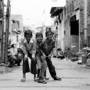 路地で身構える三人の男の子