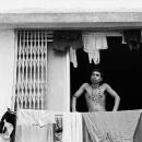 窓辺の洗濯物と男