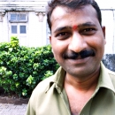 口髭と赤い点の男