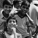 道端の笑う男の子たち