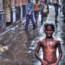 雨の中の男の子
