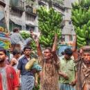 頭上にバナナを載せて運ぶ男たち