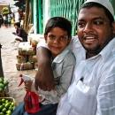 果物を売る父と息子
