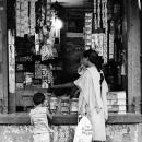 店先にいたサリーを着たお母さんと幼い娘
