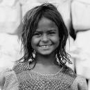 ボサボサの髪の微笑む少女