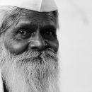 白くて長い髭とガンディー帽
