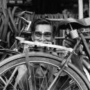沢山の自転車の中に男