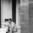 道端で新聞を読む男