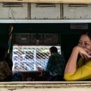 ぼんやりと車窓の外を眺める女性