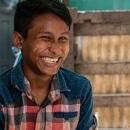 笑う若い男