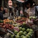 グアバの品定めをする女性