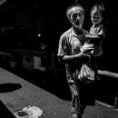 白蘭市場を歩くおじいさんと孫