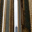 柱の間に見えるワット・プラケオの仏塔