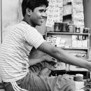 町角の煙草屋の青年