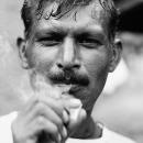 煙草を吸う渋い顔の男