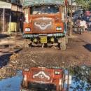 水溜りの中のトラック