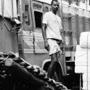 荷車の上に立つ労働者