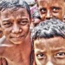 眉間に皺を寄せた子供たちの視線