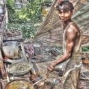揚げものの屋台で働く青年