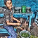 野菜をカットする男の子