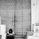 道端で勉強する少女