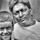 壁に寄り掛かるお父さんと息子