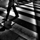 横断歩道を渡る人影