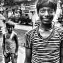 道端に立つふたりの男の子
