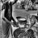 鍋をふる若者