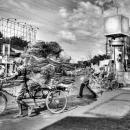 交差点を往く過積載の自転車