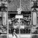 門の前の女の子