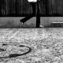 石畳道を歩く女性の御御足