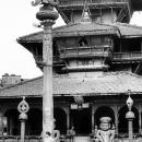 ダッタトラヤ寺院前の女性と犬