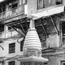 中庭に立つ小さな仏塔