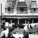 若者と洗濯物と石造りの寺院
