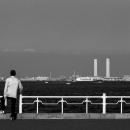 海を眺める男の背中