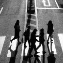 道路を横断するシルエットと影