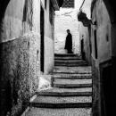 階段の先に立つ男