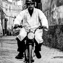 路地のヘルメットと白衣