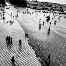 広場を歩く人々