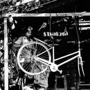 自転車修理工は仕事中