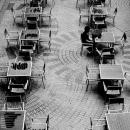 沢山のテーブルとたったひとりの男