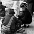 民族衣装の帽子を被った女性