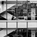 大きなガラス窓のビル